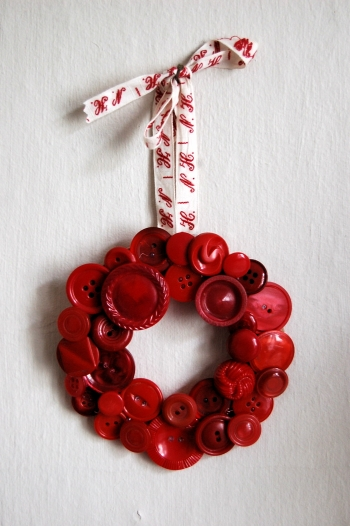 Top 10 Christmas Wreath Ideas - including this button wreath! kellyelko.com
