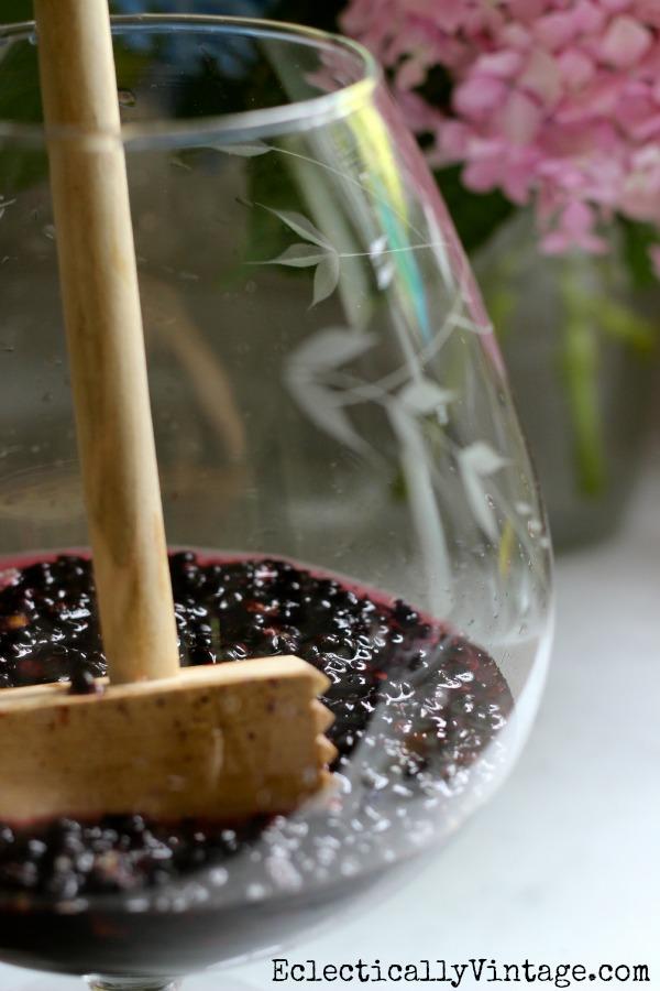 Simple Sweet & Tart Blackberry Lemonade Recipes - only 4 ingredients!  kellyelko.com