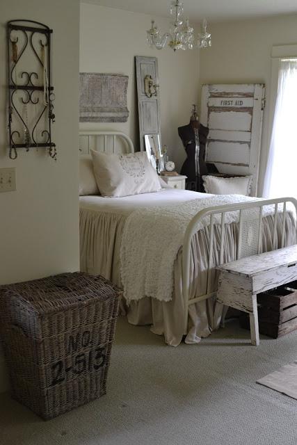 Cottage bedroom - beautiful headboard
