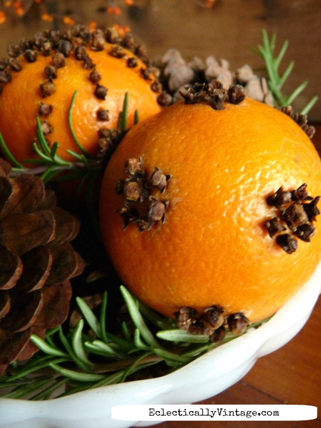 See how to make orange pomanders that last (tips for making sure they won't mold) kellyelko.com #chistmasdecor #christmasdiy #diychristmas #oldfashionedchristmas #pomaders #orangepomanders #vintagechristmas #christmascrafts #farmhousechristmas #kellyelko