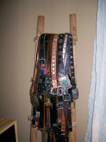 Love the ladder belt storage! kellyelko.com