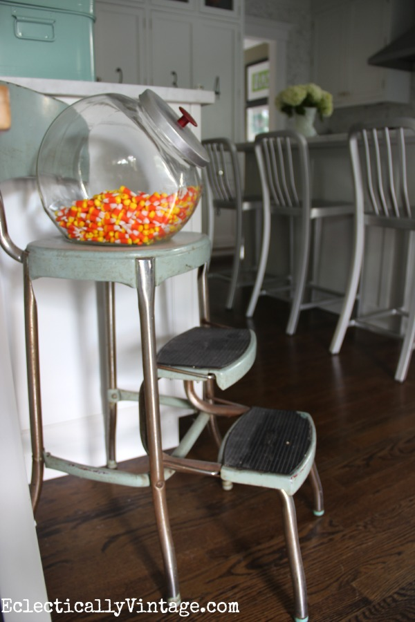 Love this vintage Cosco step stool - this white kitchen is gorgeous! kellyelko.com #EclecticallyFall
