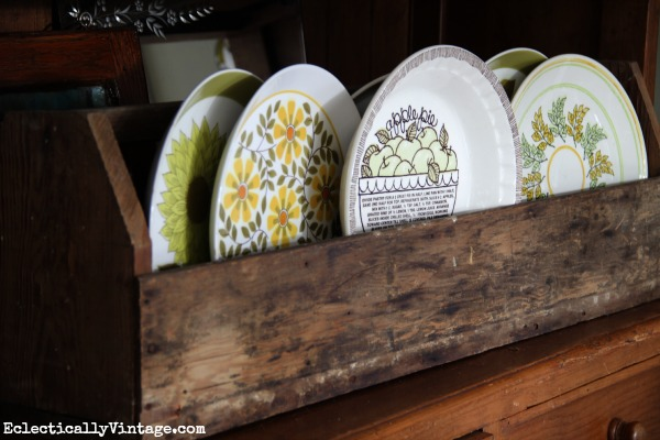 Old wood toolbox is perfect for displaying favorite plates kellyelko.com #EclecticallyFall