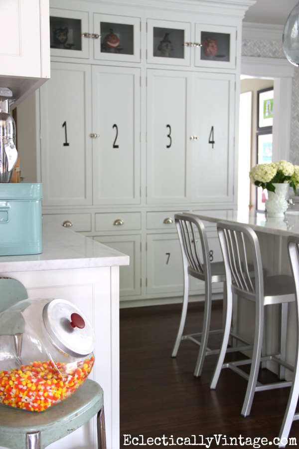 Gorgeous white kitchen decorated for fall kellyelko.com