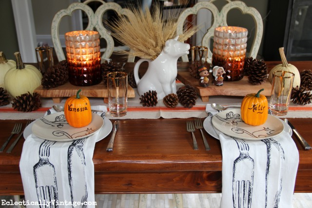 Now this is how to set a fall Thanksgiving table!  Love the rustic wood slabs, the pumpkin place settings and those napkins! kellyelko.com