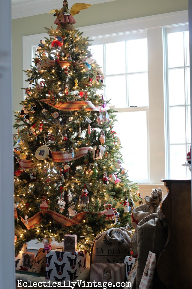 Love the jute used as Christmas tree garland - what a gorgeous tree kellyelko.com