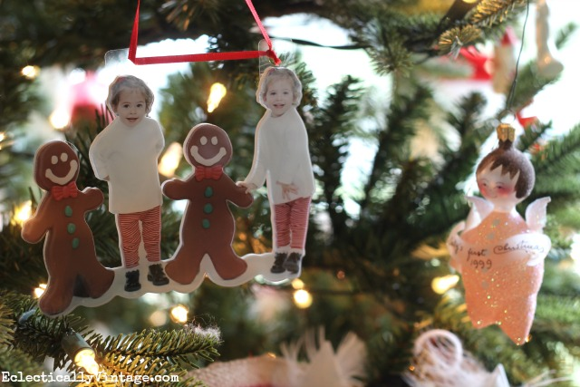 Love this family Christmas tree and the photo ornament! kellyelko.com