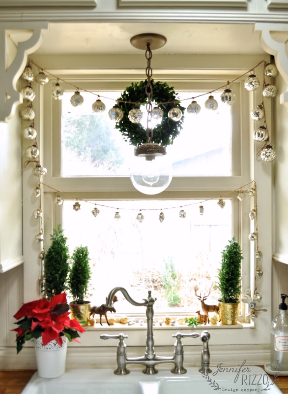 Creative christmas decorating ideas 12 favorites for Kitchen window decoration