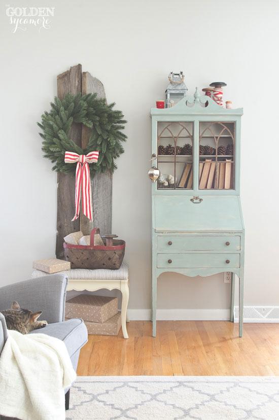 Love this simple Christmas wreath displayed on old barn wood kellyelko.com