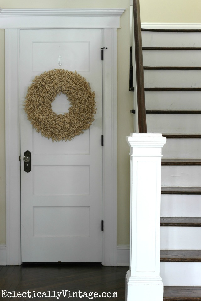 Love the texture of this wreath kellyelko.com #DamageFreeDIY