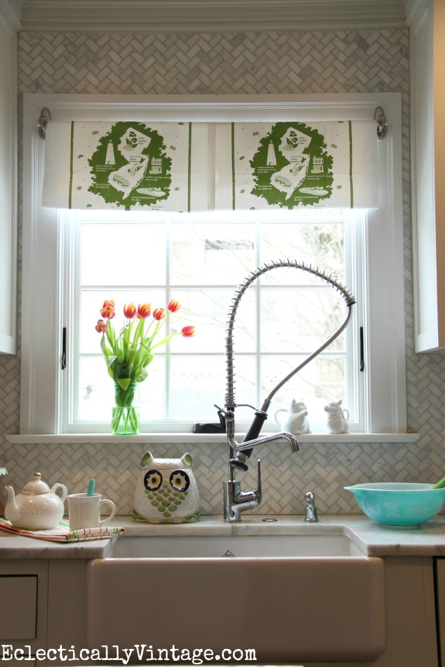 Make this DIY Dish Towel Window Treatment - I love how it gives this white kitchen a pop of fun color kellyelko.com