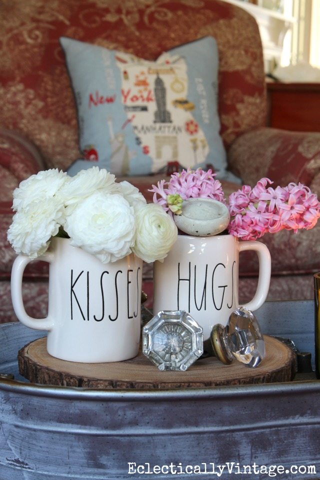 Simple Valentine bouquet in Rae Dunn mugs kellyelko.com #valentine #valentinesflowers #valentinesdecor #bouquet
