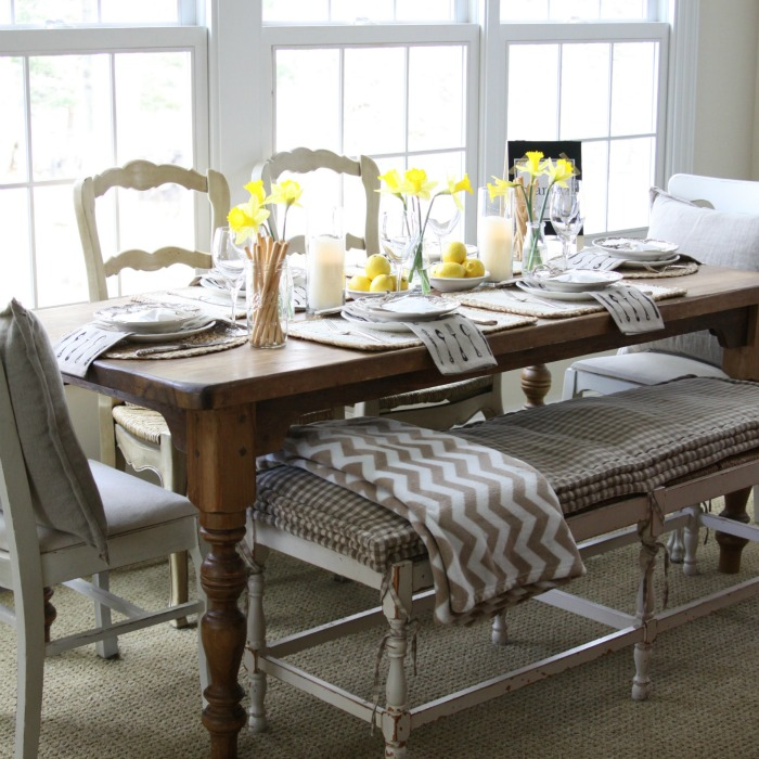 Love this festive spring table setting and the mis matched chairs with bench kellyelko.com