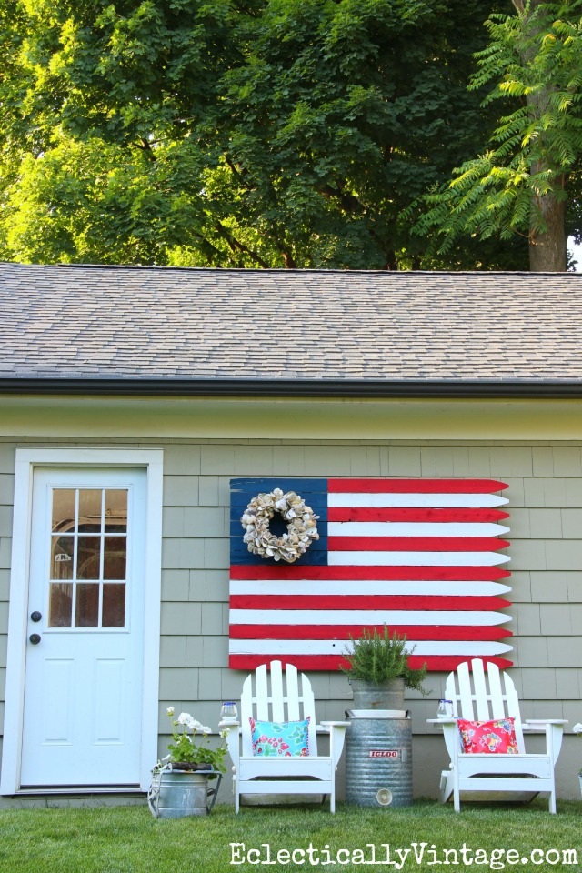 DIY American Fence Flag - such a statement in the garden kellyelko.com