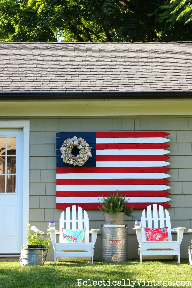 Love this huge outdoor DIY wooden flag! kellyelko.com
