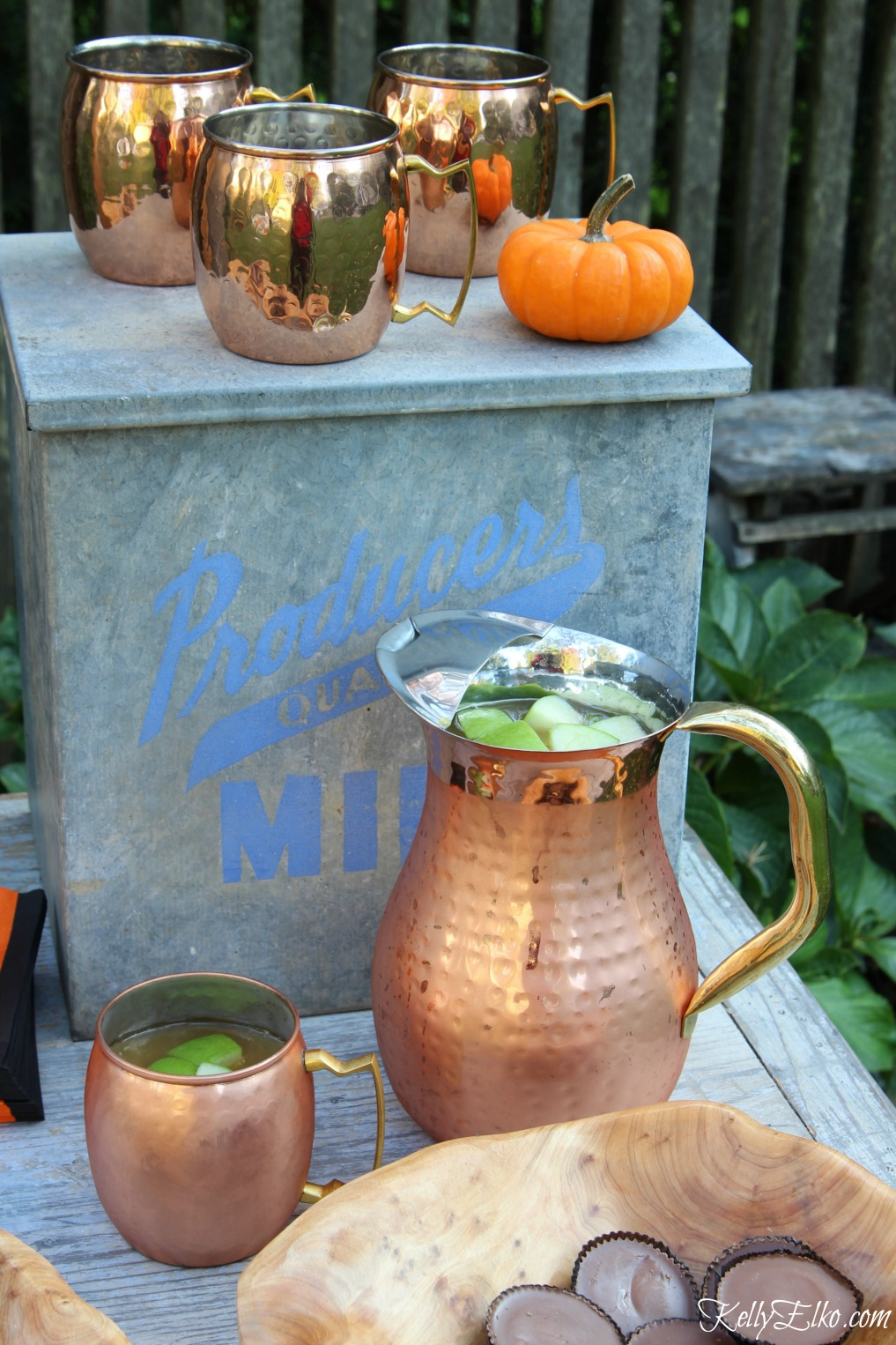 Copper mugs and pitcher for an outdoor party kellyelko.com
