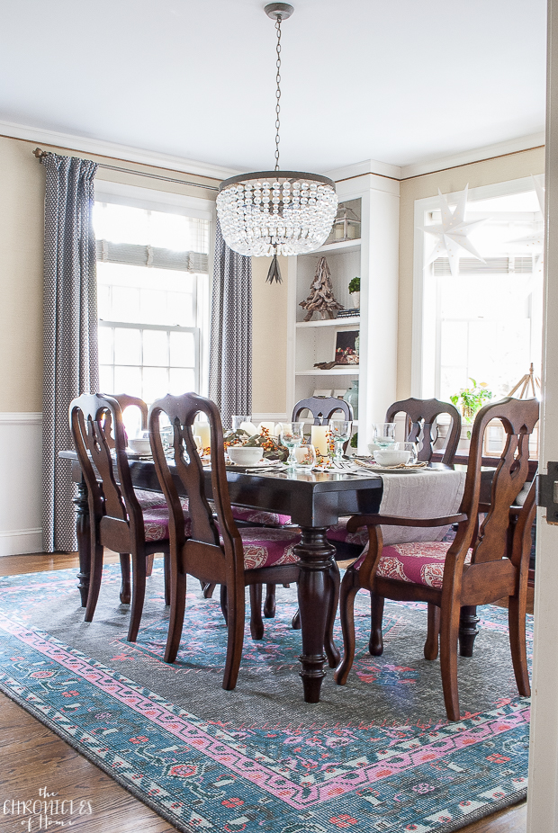 Traditional meets modern in this colorful dining room