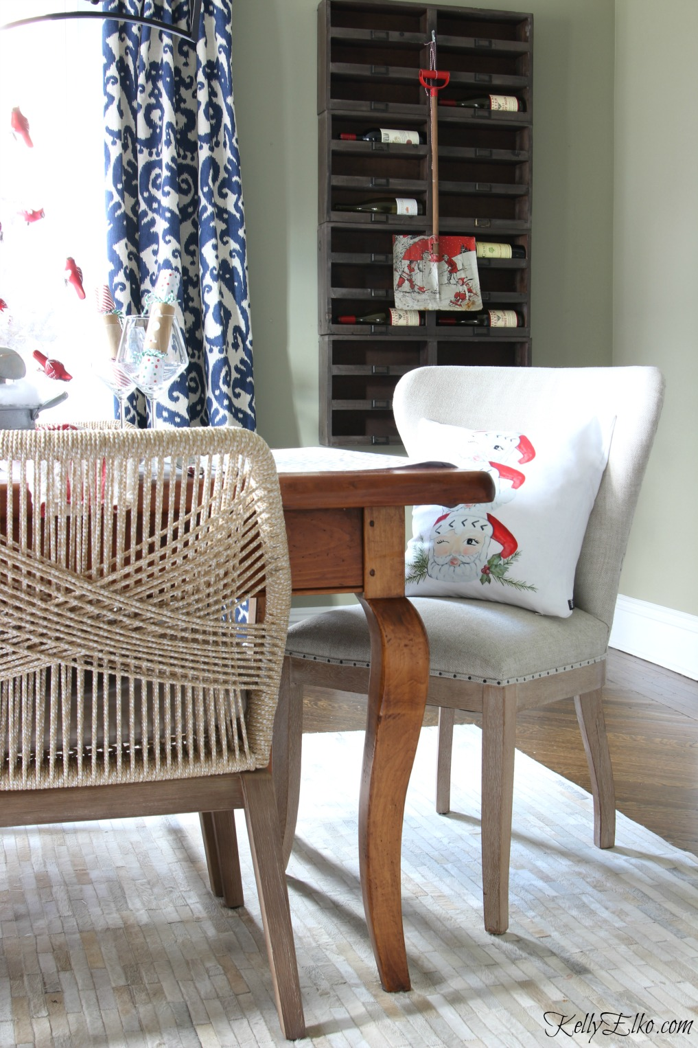 Love these amazing rope chairs in this festive Christmas dining room kellyelko.com