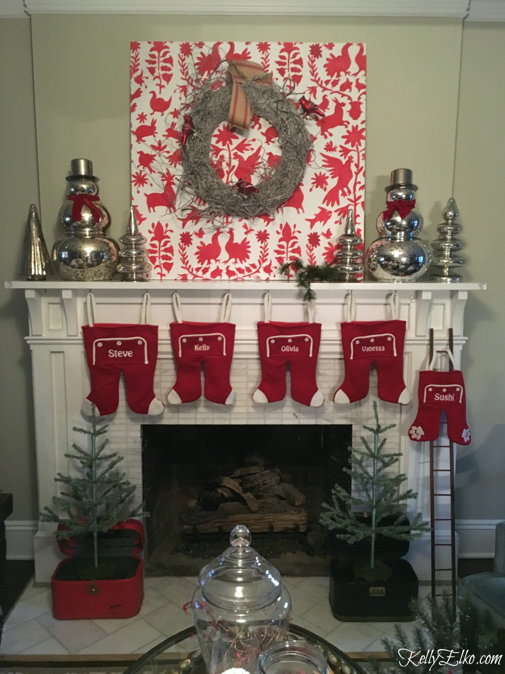Christmas mantel progress - see her fails in photos and the final gorgeous end result! kellyelko.com