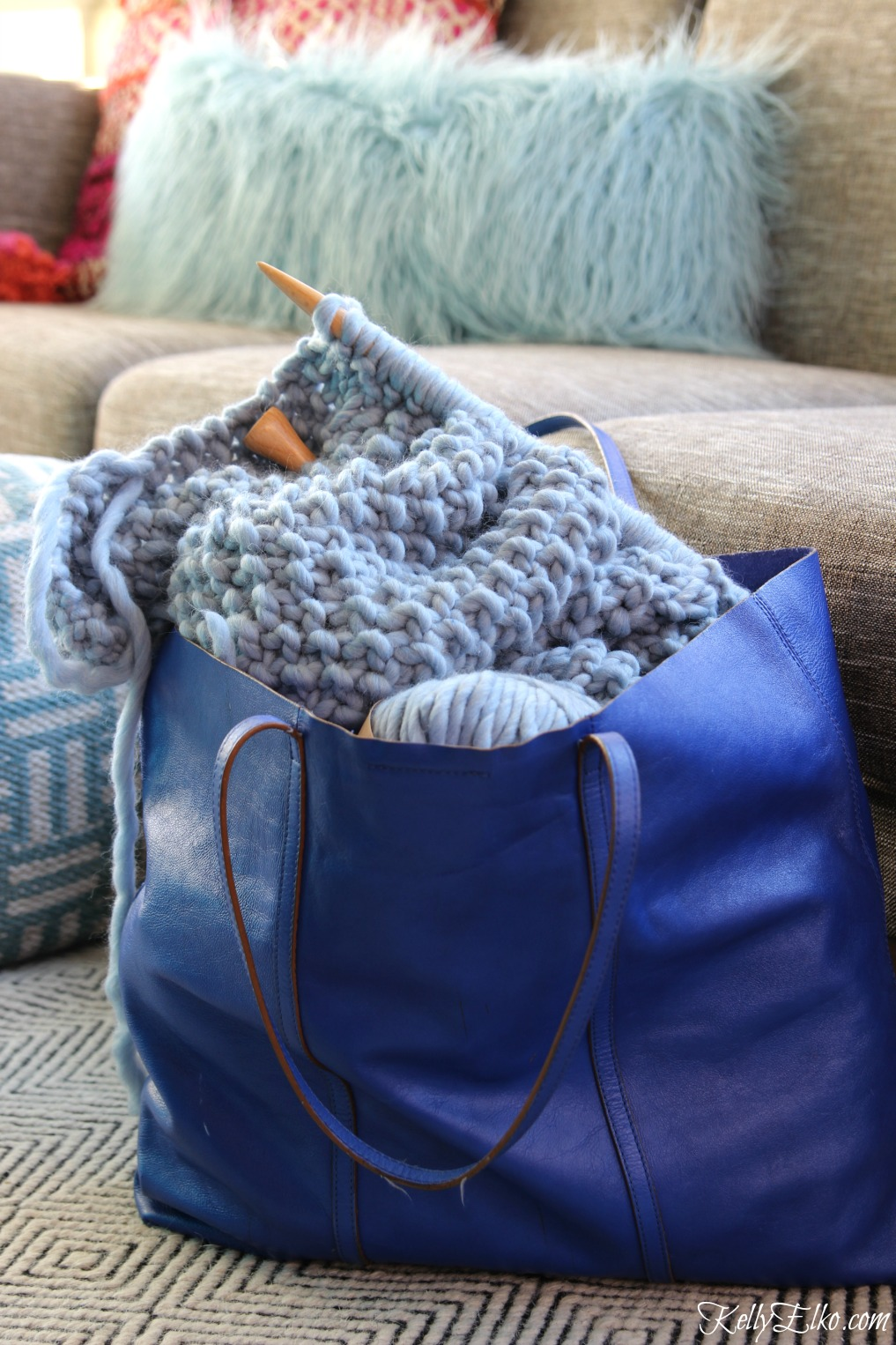 See how easy it to learn how to knit this chunky wool blanket kellyelko.com