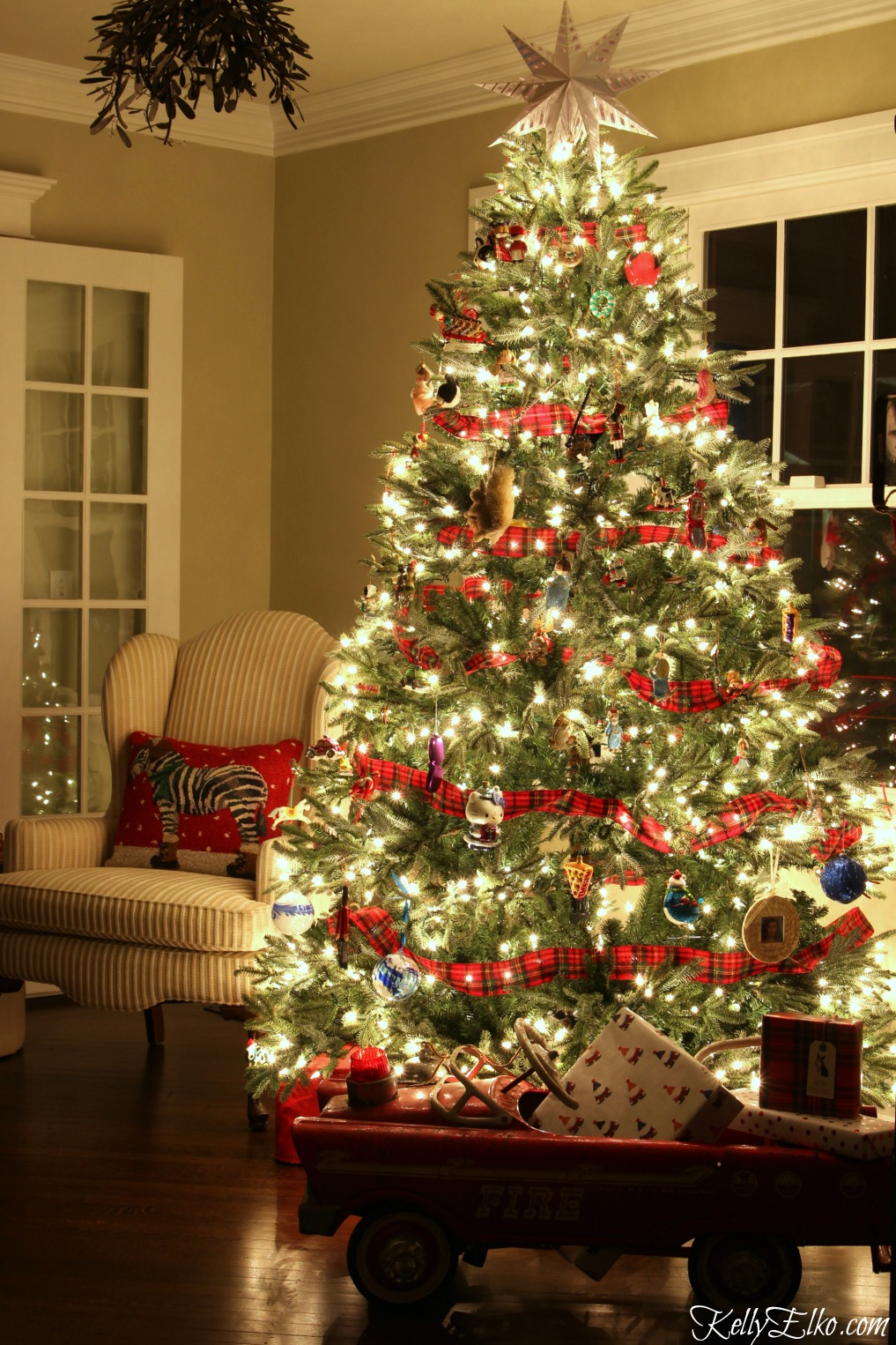 Christmas Lights at Night Home Tours - 35 homes by the glow of light - love this magical tree kellyelko.com