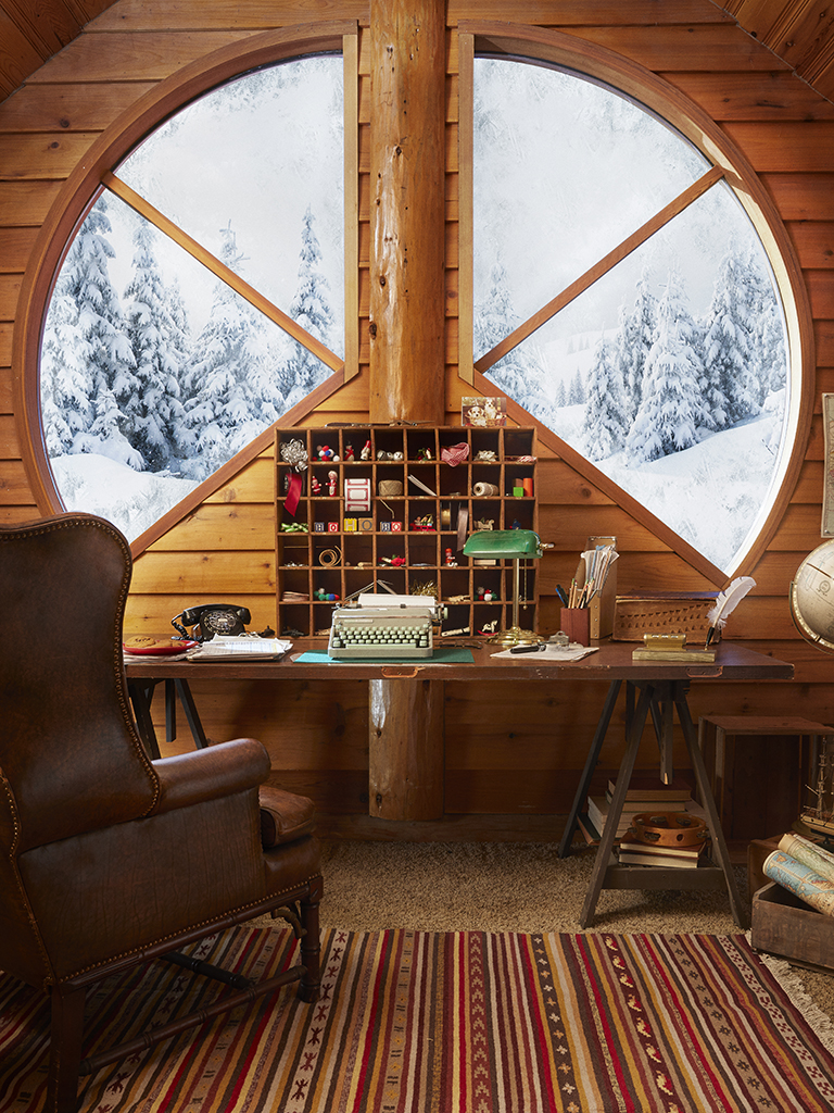 Love this round window in this rustic log cabin kellyelko.com