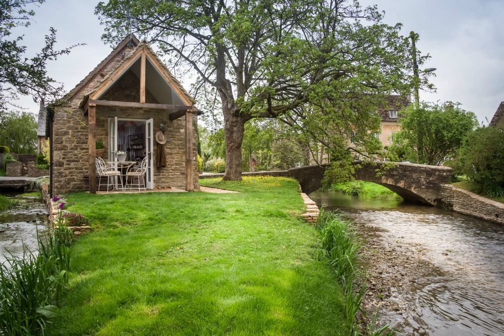 Tour this stunning cottage on Filly Island - you won't believe the charming inside kellyelko.com