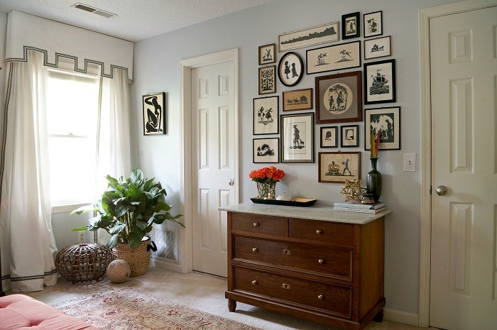 Stunning home tour with vintage silhouette gallery wall in the bedroom #silhouette #vintagesilhouette #vintageart #vintagedecor #vintagebedroom #farmhousedecor