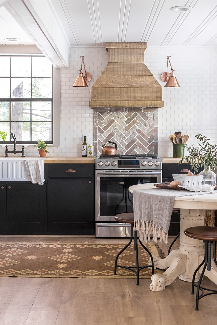 Eclectic Home Tour Jenna Sue Design Cottage kellyelko.com #farmhousedecor #kitchen #whitekitchen #eclecticdecor #fixerupperstyle #farmhousekitchen #cottagekitchen #rustickitchen #vintagemodern #kellyelko
