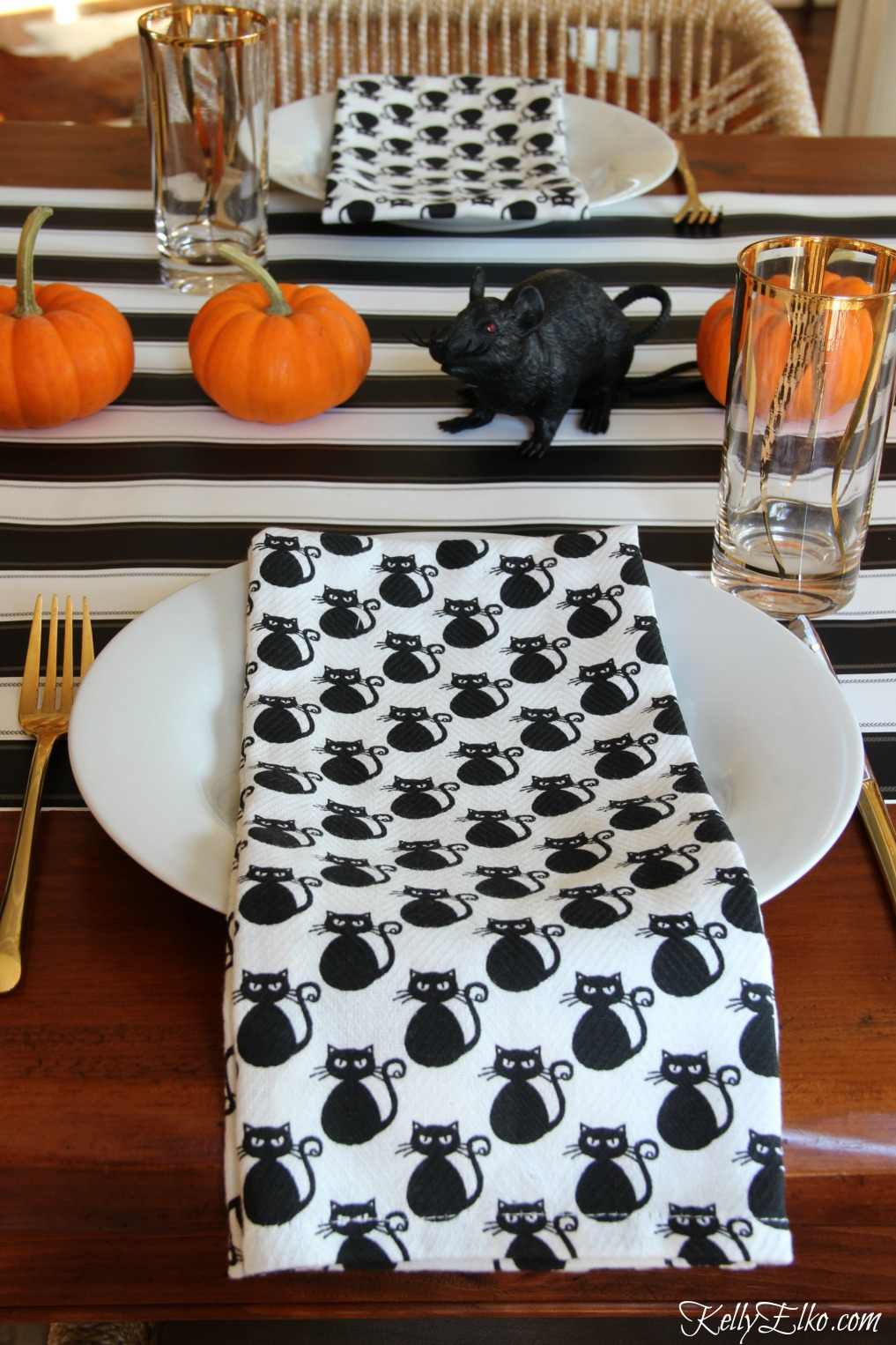 Halloween table black orange - love the black cat napkins! kellyelko.com