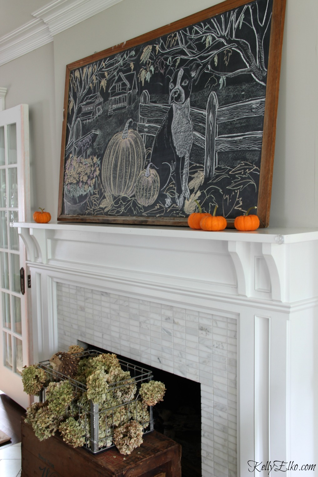 How fun is this giant old chalkboard on the mantel for fall kellyelko.com