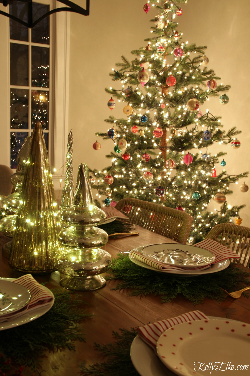 Christmas Nights Tour - see 25 of the best Christmas homes lit up at night! I love this dining room with sparkling tree and vintage ornaments kellyelko.com #christmas #christmasdecorating #christmasdecor #christmaslights
