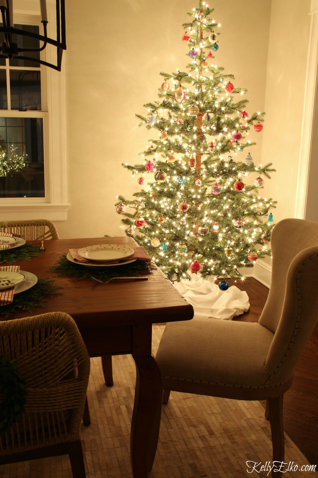 Christmas Nights Tour - see 25 of the best Christmas homes lit up at night! Love this sparkling sparse tree with vintage ornaments kellyelko.com #christmas #christmasdecorating #christmasdecor #christmaslights