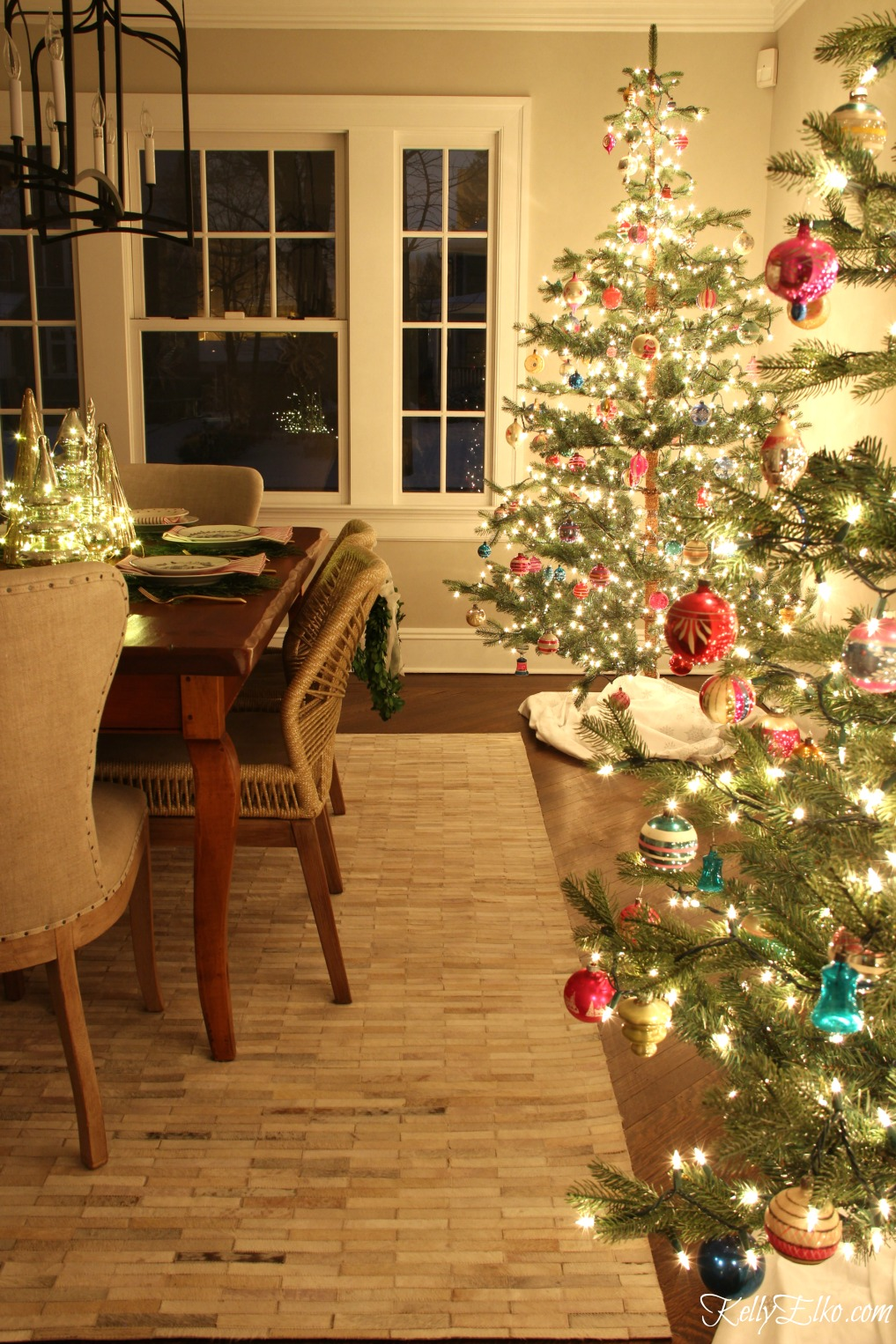 Christmas Nights Tour - see 25 of the best Christmas homes lit up at night! kellyelko.com #christmas #christmasdecorating #christmasdecor #christmaslights