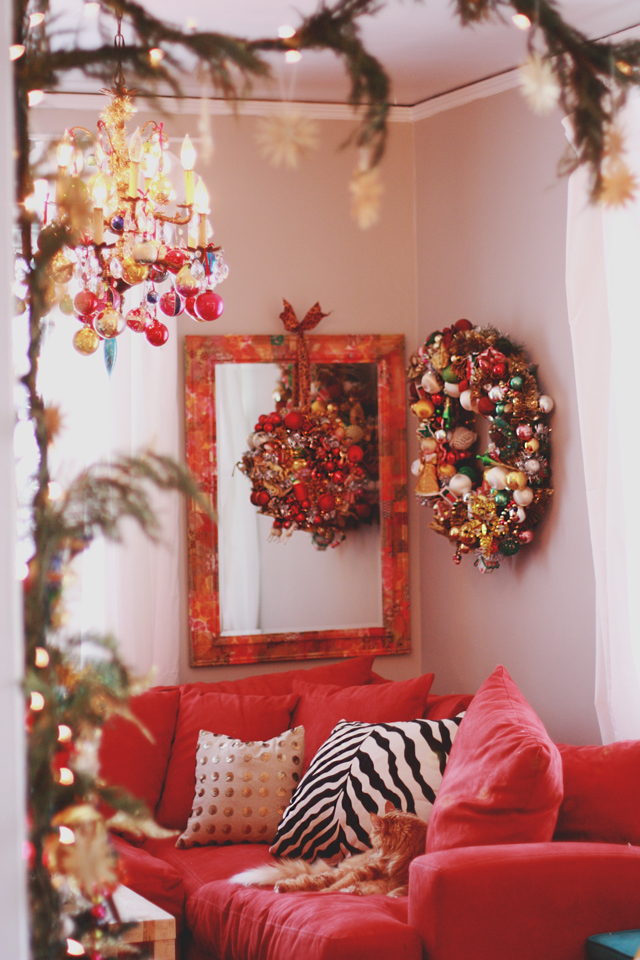 Christmas Home Tour - love this ornament wreath