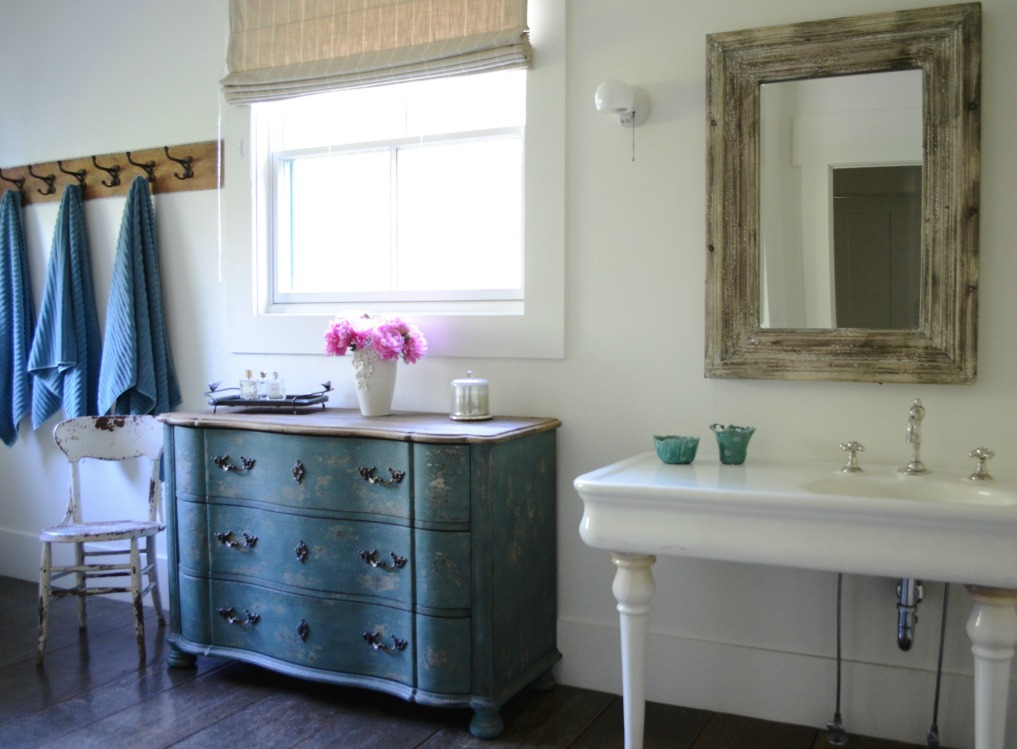 Eclectic Home Tour of Sanctuary Home - welcome to Crow Hollow Ranch. This 500 acre property is complete with farmhouse, guest house and rustic cabin kellyelko.com #hometour #bathroom #rusticdecor #barnwood #whitekitchen #homedecor #vintagestyle