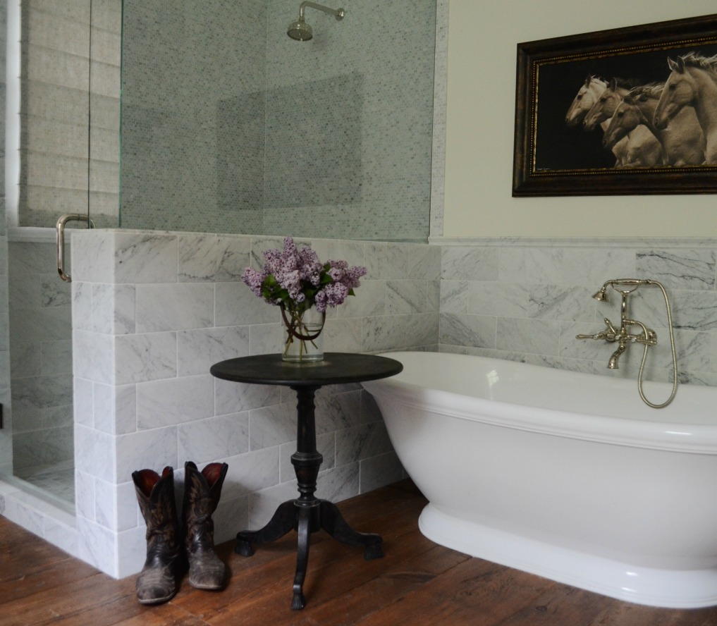Eclectic Home Tour of Sanctuary Home - welcome to Crow Hollow Ranch. This 500 acre property is complete with farmhouse, guest house and rustic cabin kellyelko.com #hometour #rusticdecor #barnwood #whitekitchen #homedecor #bathroom #bathtub #carrara