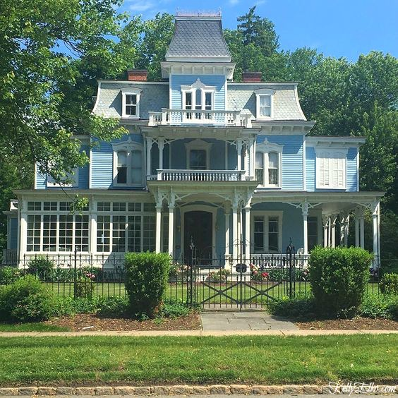 Beautiful blue home exteriors - love this antique Victorian home with tons of curb appeal kellyelko.com #bluehouses #bluepaint #blueexteriors #victorian #victoriahouse #architecture