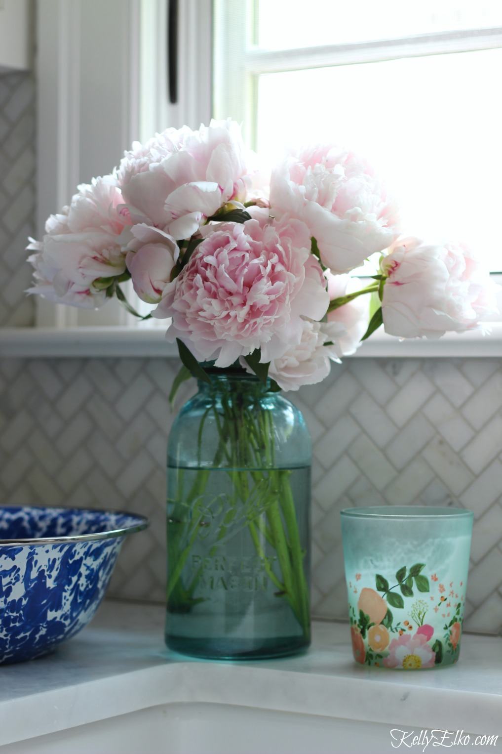 How to Make Peonies Last Longer - love these great tips for making sure your peonies always look in prime condition and love this bouquet of pink peonies in a vintage blue mason jar kellyelko.com #peonies #gardeningtips #gardens #gardening #perennials
