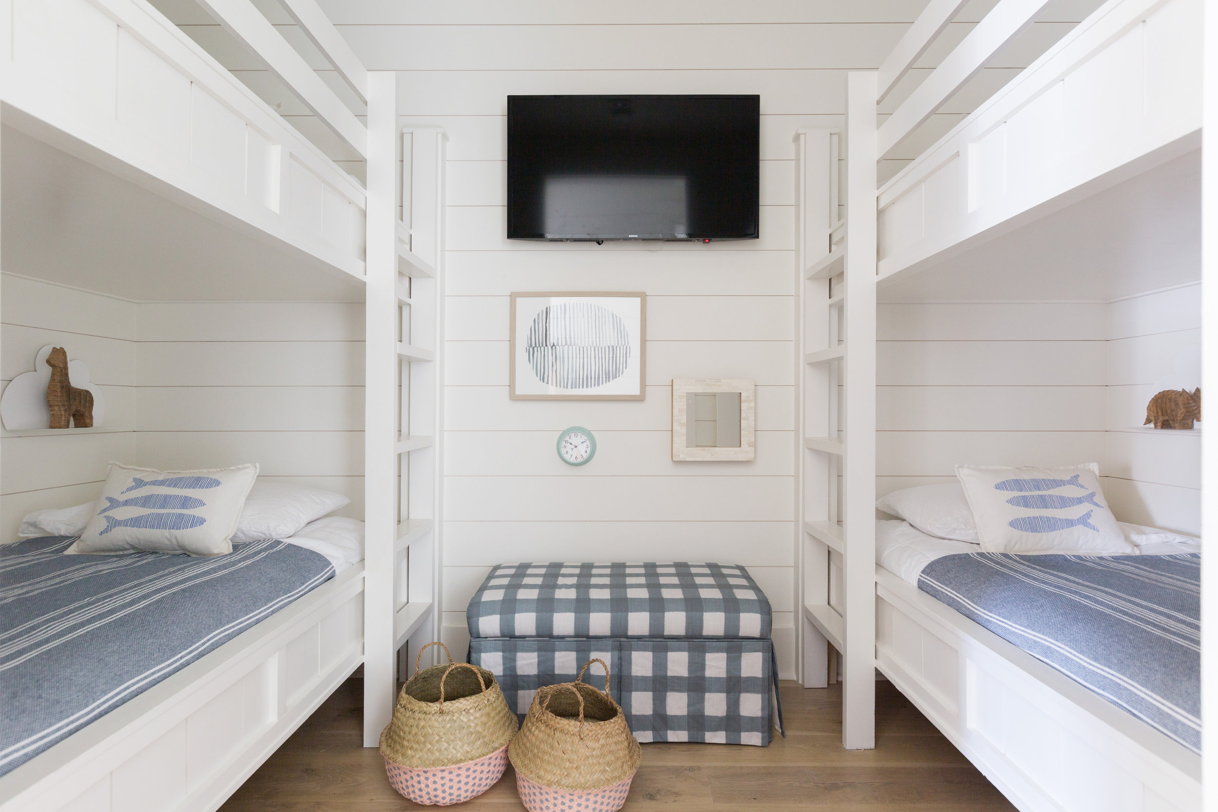 Love this bunk room in this beach house! Shiplap walls are beautiful too kellyelko.com #kidsrooms #bedrooms #bunkroom