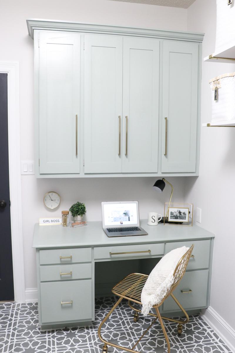 Built in desk in the laundry room kellyelko.com #homeoffice #builtins