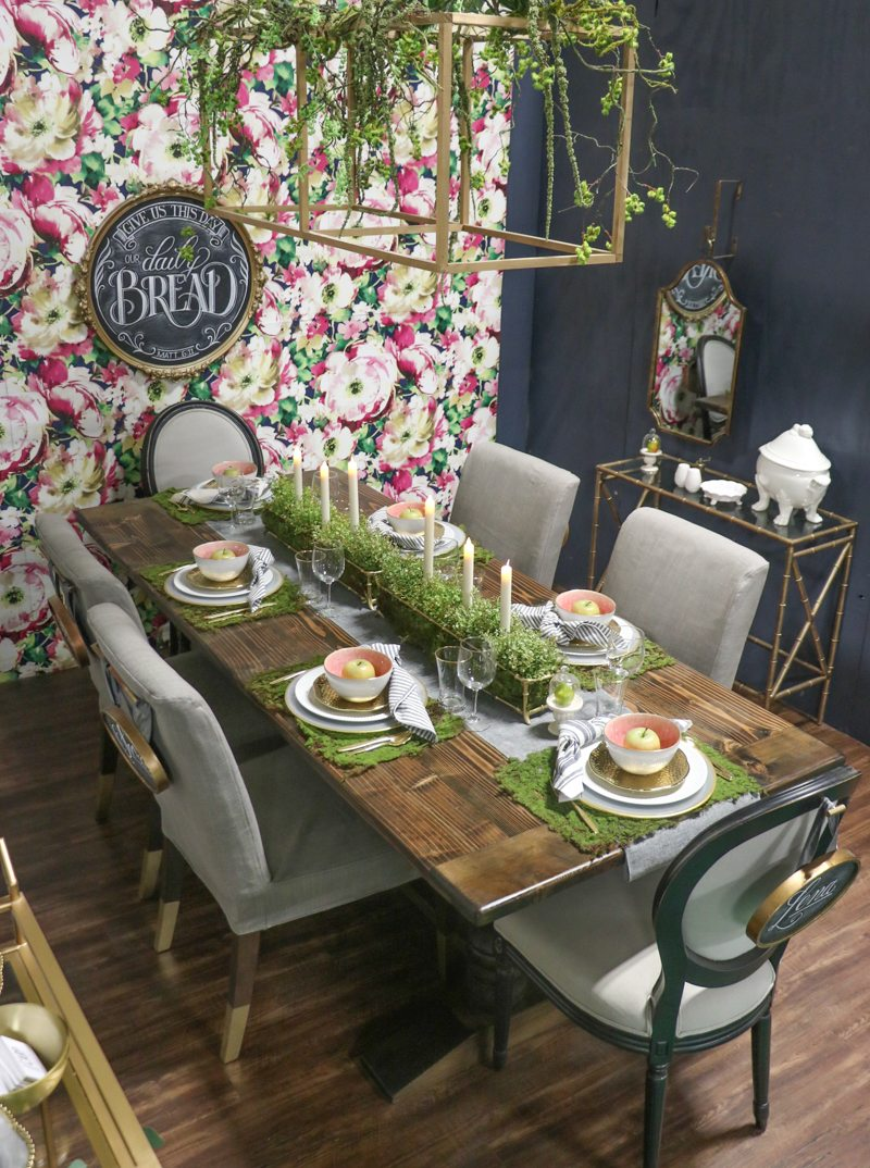 Colorful dining room kellyelko.com #diningroom #floralwallpaper #florals #colorful #farmhousestyle