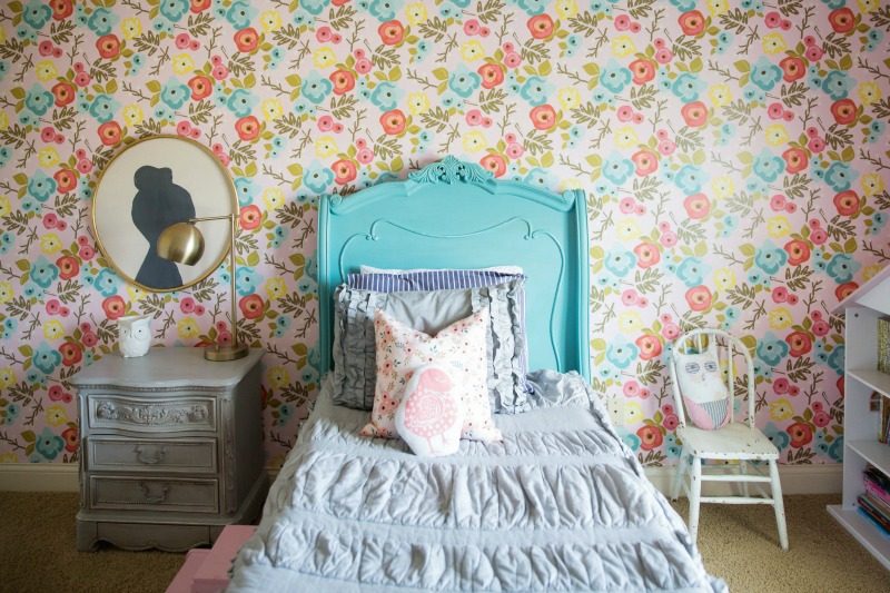 Cute girls room with colorful floral wallpaper kellyelko.com #floralwallpaper #florals #girlsrooms #bedrooms #colorful