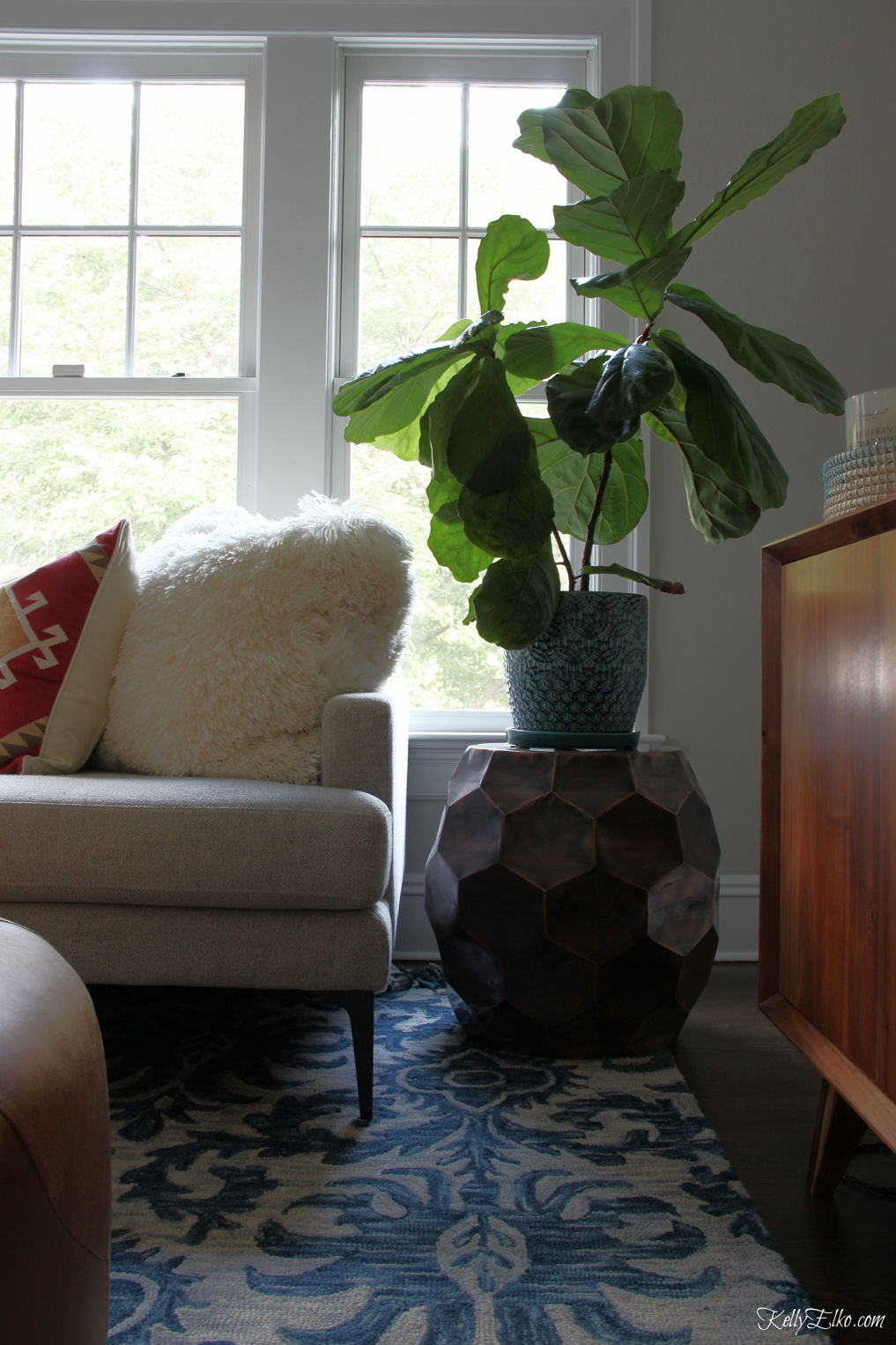 Love this fiddle leaf fig in this boho chic family room kellyelko.com #fiddleleaffig #greenthumb #plants #familyroom #familyroomdecor