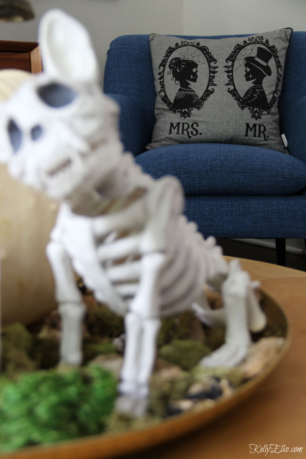 Love this Halloween home tour filled with non scary decorating ideas kellyelko.com #halloween #halloweendecor #halloweendecorations #skeletons
