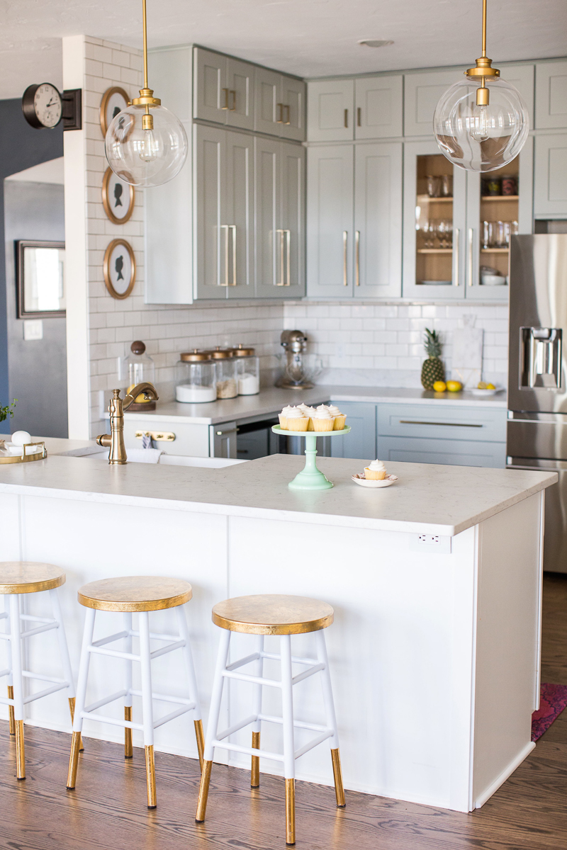 Sincerely Sara D Home Tour - love her DIY kitchen renovation kellyelko.com #kitchen #kitchendecor #kitchenreno #farmhousekitchen