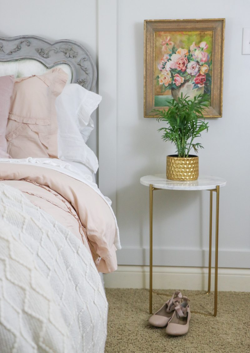 Charming bedroom with floral art kellyelko.com #bedrooms #floralart