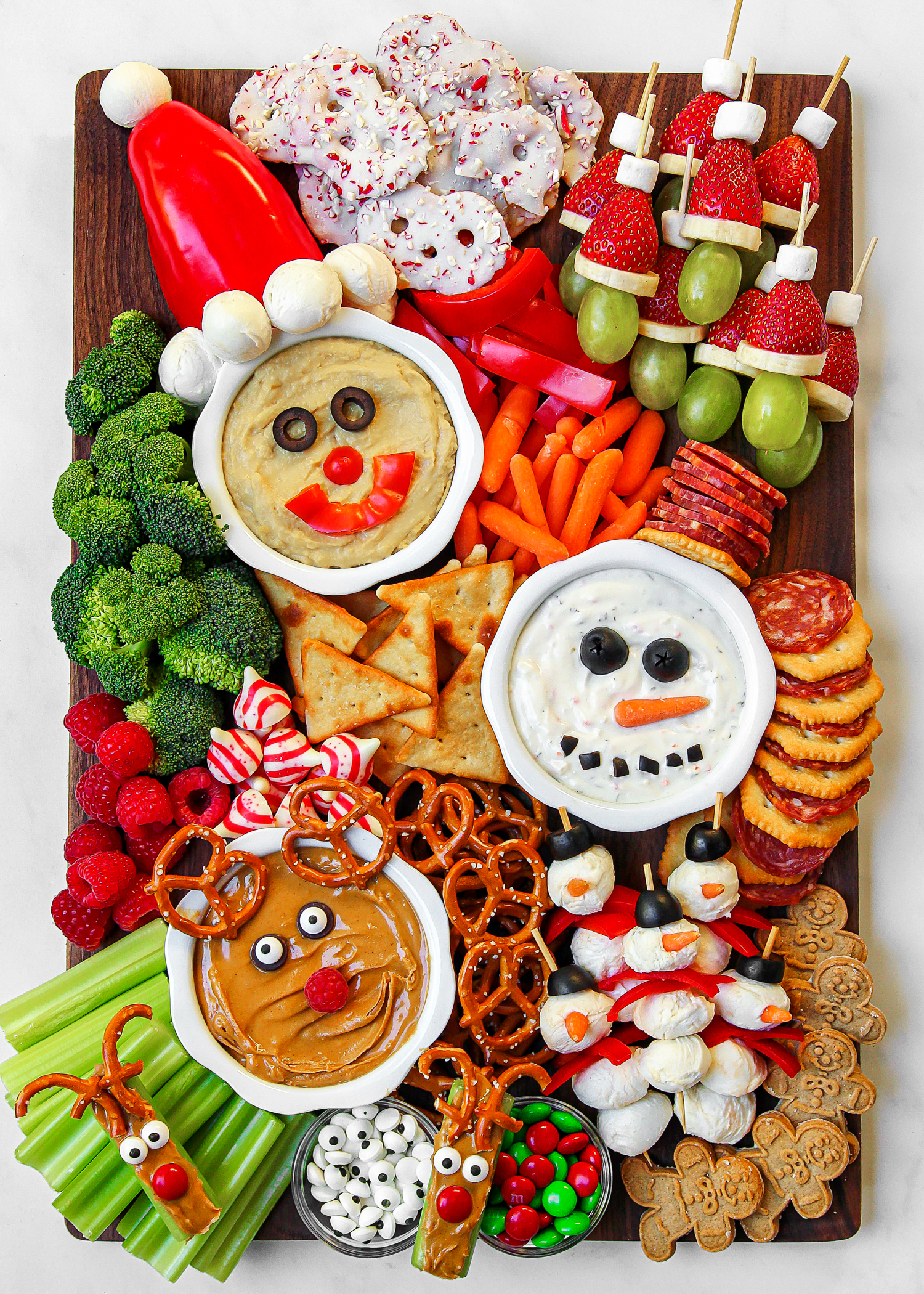 Christmas Candy Charcuterie Snack Board #charcuterie #charcuterieboard #candyboard #snackboard #christmascharcuterie #christmasappetizers #christmasrecipes #partyfood #christmaspartyfood
