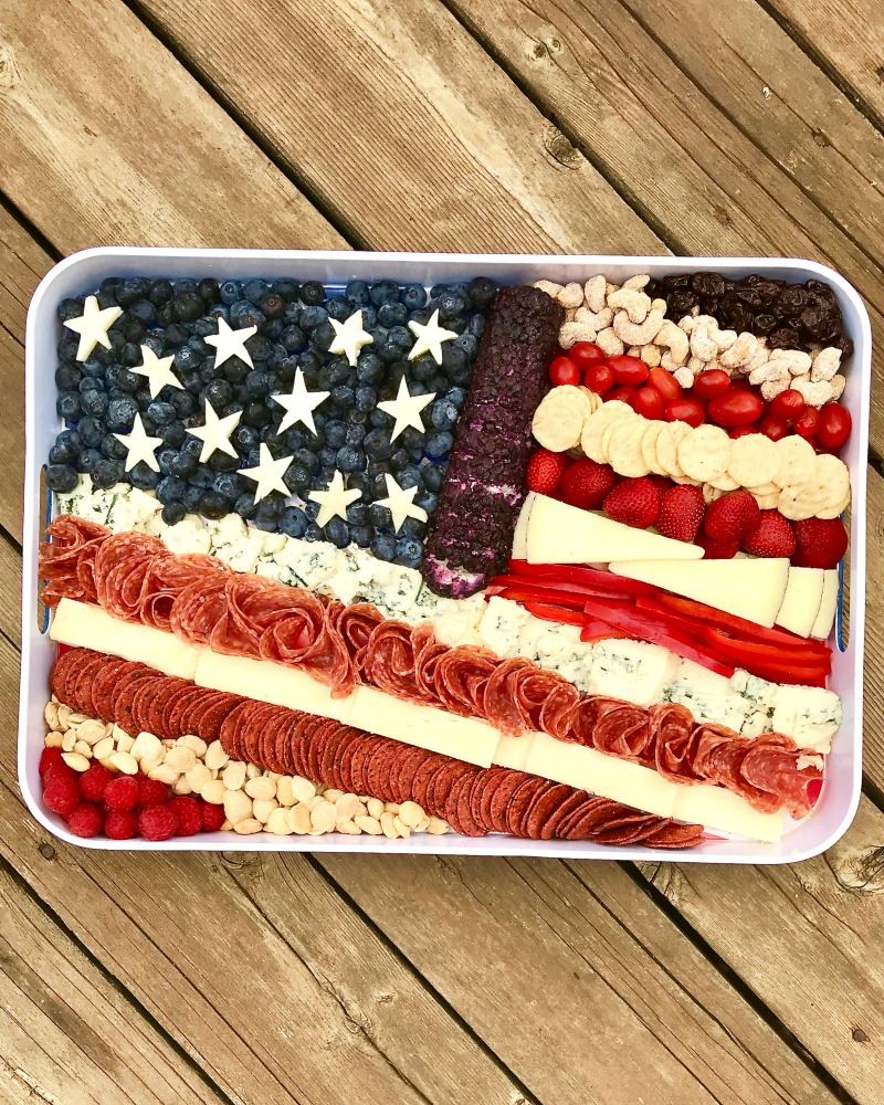 How to make a fun flag snack tray kellyelko.com #fourthofjuly #patriotic #july4th #bbqrecipes #flag #appetizers