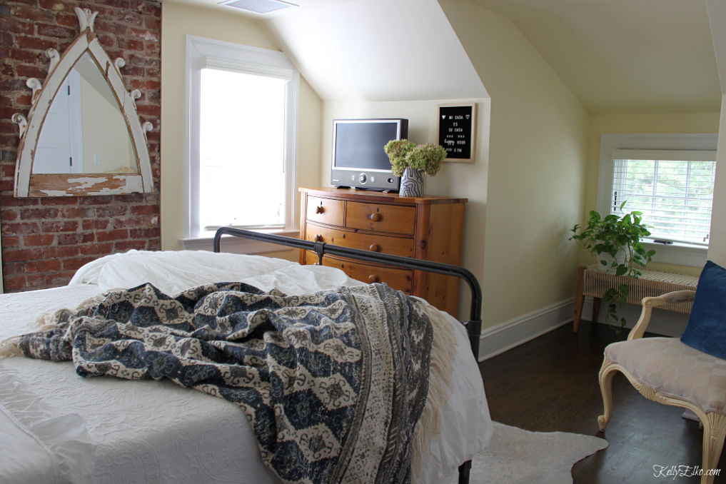 Guest Bedroom Decor - love the exposed brick wall and white bedding kellyelko.com #bedroom #bedroomdecor #bedroomfurniture #bedroomdecorating #guestbedroom